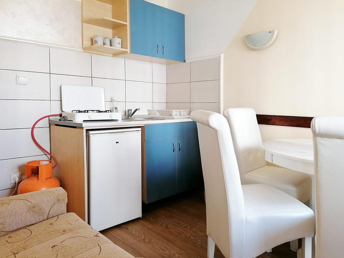 A3 - Kuhinja: Sto, frižider, plinski rešo, mini šporet