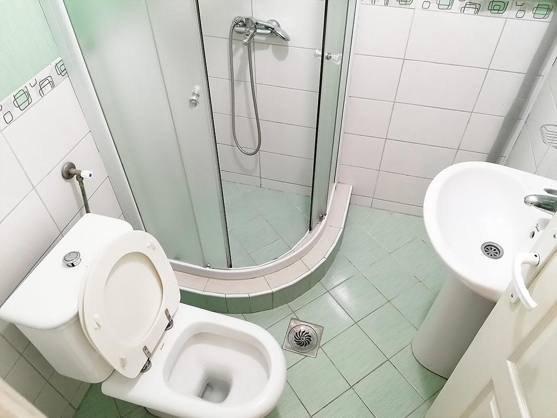 A8 - Toalet sa tuš kabinom