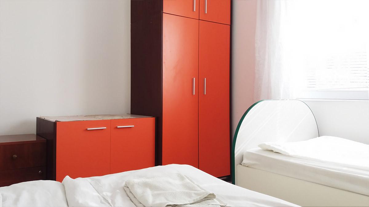 Apartman Aronija - Dnevna soba: orman